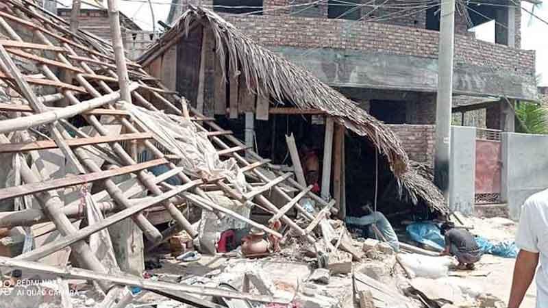 পাইকগাছায় অবৈধ স্থাপনা উচ্ছেদ: মাস্ক না পরায় ১২ জনকে জরিমানা
